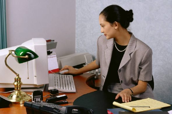 How to Become a Professional Help Desk Assistant